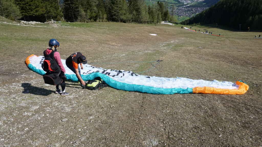Vorbereitung vom Gleitschirm für Tandemflug Tirol